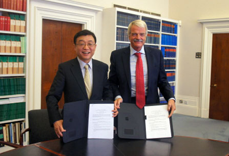 President Oh (left) and President Malcolm Grant of UCL.