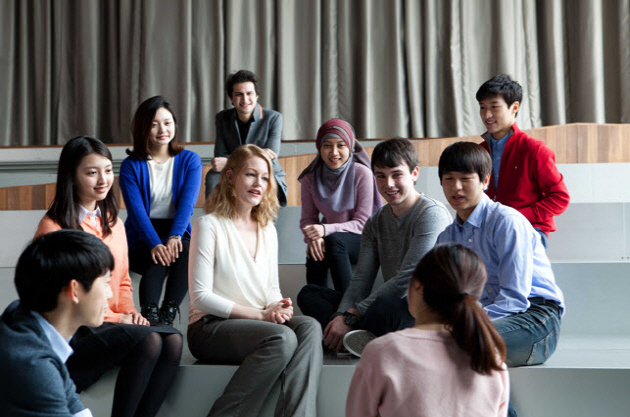 Professor Finchum-Sung with undergraduate students