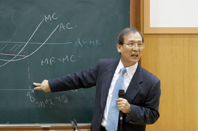 Professor LEE Joon Koo is teaching the basic economics course at SNU