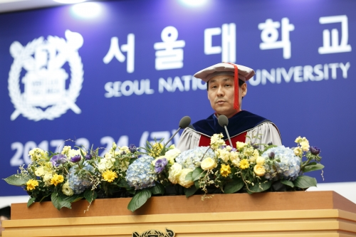 Professor CHO Kyujin gives commencement speech