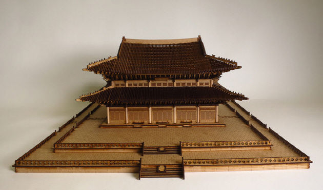 An experimental model of the Geunjeongjeon Hall created in 1:100 scale by Professsor Jeon's team.