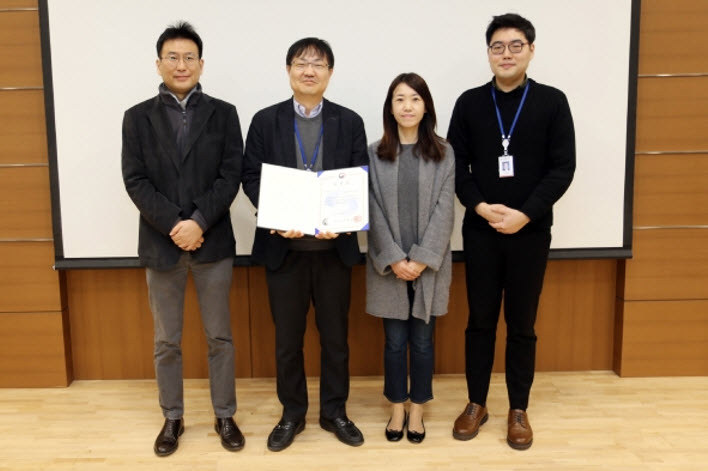 Professor Chung Taekdong is holding the commendation received from the Ministry of Education