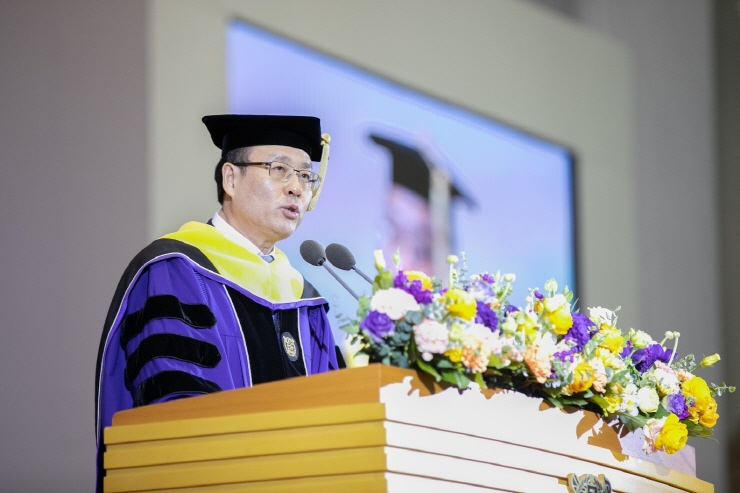 President Oh Se-Jung gives a welcome speech to the newly admitted students