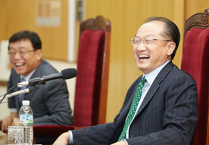 Jim Yong Kim, President of World Bank Group (right) and OH Yoen-cheon, President of SNU.